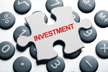 電卓とパズル、投資のビジネス ・ コンセプト 写真素材