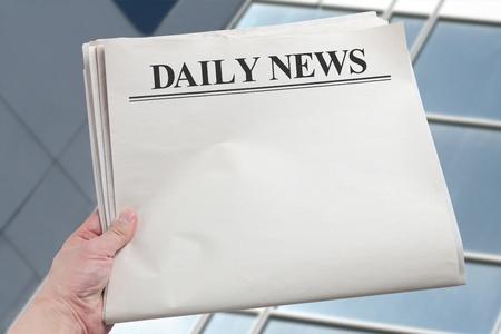 periodicos: Daily News, peri�dico en blanco con fondo blanco Foto de archivo