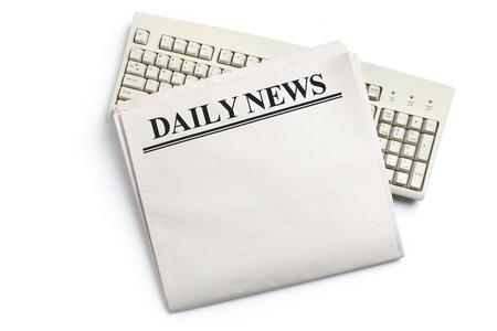 흰색 배경 데일리 뉴스, 컴퓨터 키보드 및 신문