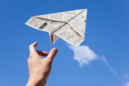Fake krant vliegtuig, advertentie, business concept.