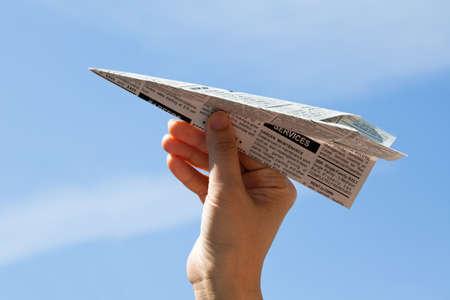 가짜 신문 비행기, 분류 광고, 비즈니스 개념입니다.