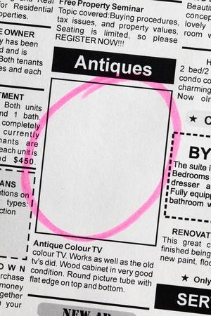 가짜 분류 광고, 신문, 골동품 판매 개념.