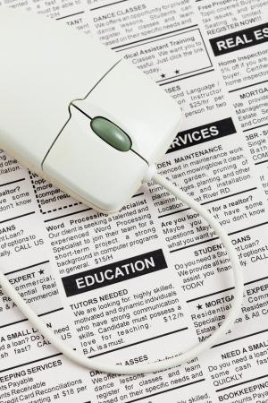 가짜 분류 광고, 신문, 교육 개념.