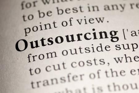 definicion: Diccionario Fake, Definición del diccionario de la palabra de Outsourcing.