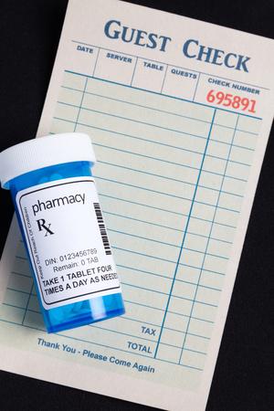 interakcje: Sprawdź gość i Pill Bottle, koncepcja uniknąć Food and Drug Interakcje Zdjęcie Seryjne