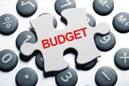 電卓とパズル、予算のビジネス ・ コンセプト