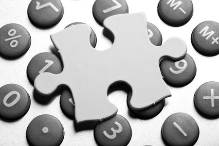 電卓とパズル、ソリューションのビジネス ・ コンセプト