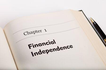 independencia: capítulo uno, en un libro abierto con una pluma, la independencia financiera, libro falso.