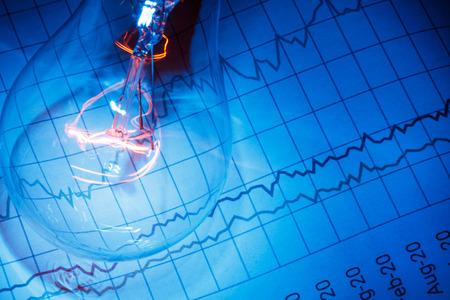 비즈니스 차트 및 전구, 비즈니스 아이디어 개념. 스톡 콘텐츠
