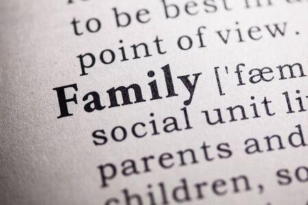 definición: Diccionario Fake, Definición del diccionario de la palabra familia.