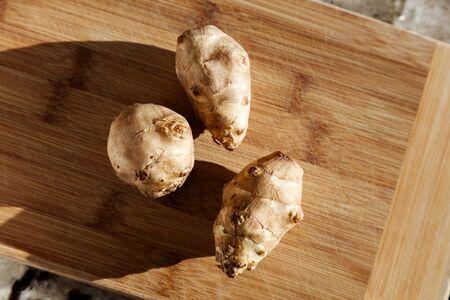まな板の上の菊芋をクローズ アップ