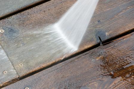 Wood deck floor cleaning with High Pressure Water Jet Foto de archivo - 100626029