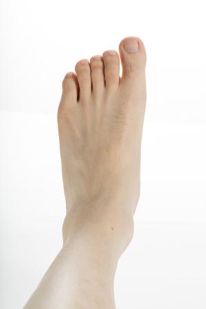 männlicher Fuß mit weißem Hintergrund Nahaufnahme Schuss