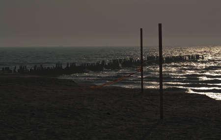 no pase: muelle en un d�a de viento durante la puesta de sol Foto de archivo