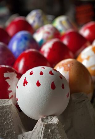 gamme de produit: colored Easter eggs and hand-painted in a box Banque d'images