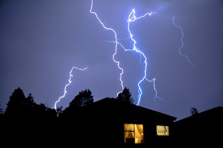 estado del tiempo: Nube de la Zona relámpago eléctrico detrás de la casa tejados Foto de archivo