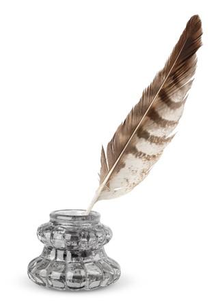 Inkstand viejo y una pluma aislados en blanco Foto de archivo