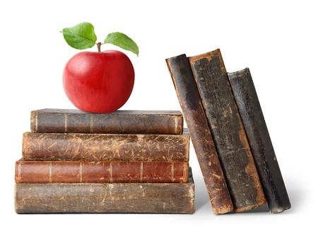 old books: Frische Apple auf Stapel der alten B�cher, isoliert auf weiss