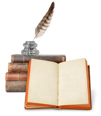 pluma de escribir antigua: Libros de Od y inkstand aislados en blanco