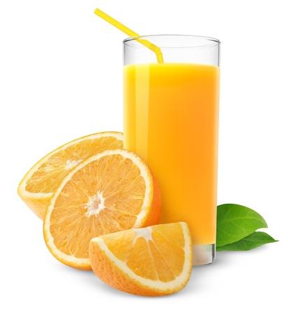 jus orange glazen: Sinaasappel sap en segmenten van oranje geïsoleerd op wit Stockfoto