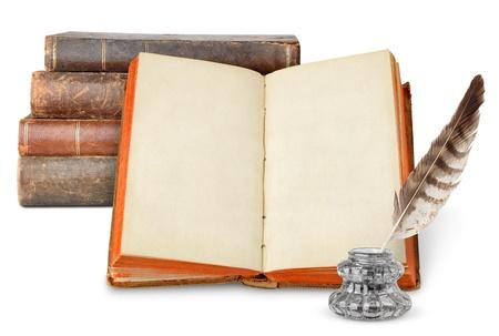 pluma de escribir antigua: Libros antiguos y inkstand aislados en blanco Foto de archivo