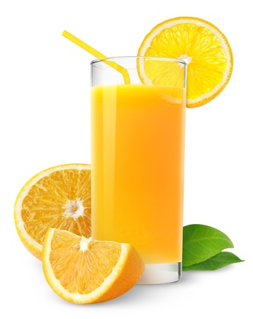 fruit juice: Il succo d'arancia e fette di arancia isolato su bianco