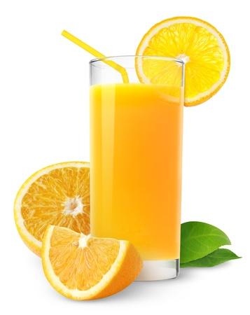 jugos: Jugo de naranja y rodajas de naranja aislados en blanco