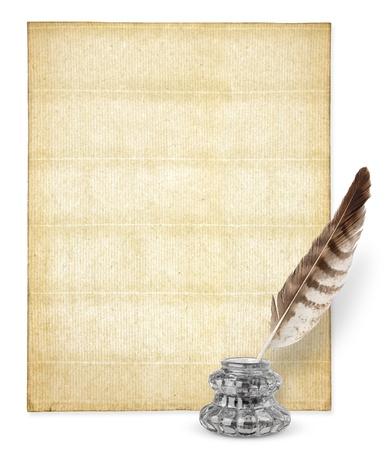 pluma de escribir antigua: Antiguo papel con copyspace y inkstand aislados en blanco