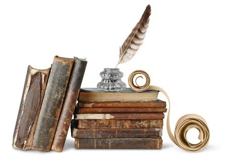 pluma de escribir antigua: Libros antiguos, inkstand y desplazamiento aislados en blanco