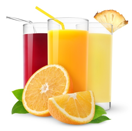 jus orange glazen: Glazen van Oranje, ananas en kersensap geïsoleerd op wit