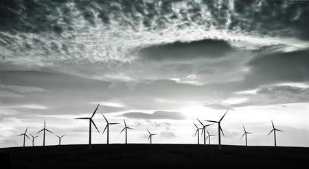 劇的な雲に対する風力タービンのシルエット