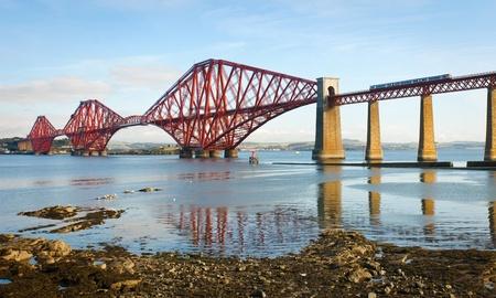 Via ponte ferroviario sul Firth of Forth vicino a Edimburgo, Scozia