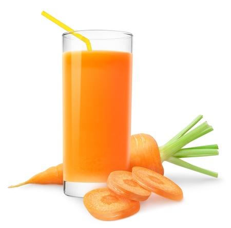 jus orange glazen: Wortelsap en plakjes wortel op wit wordt geïsoleerd