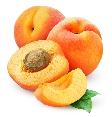 Abricots frais isolé sur blanc