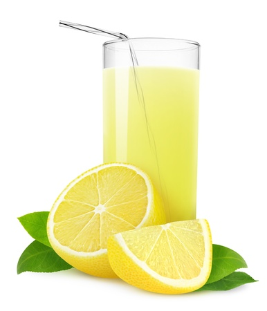 白で隔離されるレモネードまたはレモン ジュースのガラス
