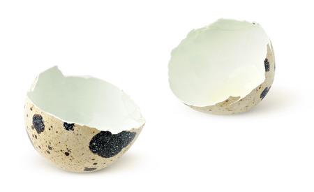 huevos de codorniz: Cáscaras de huevo de codorniz aislados en blanco