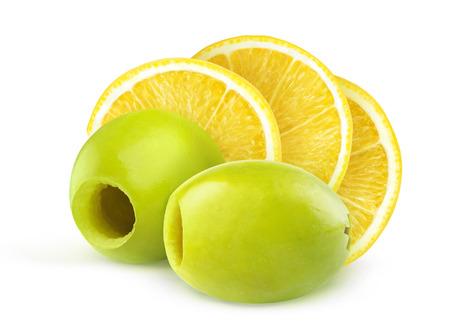 pitted: Olive verdi snocciolate e pezzi di limone isolato su bianco
