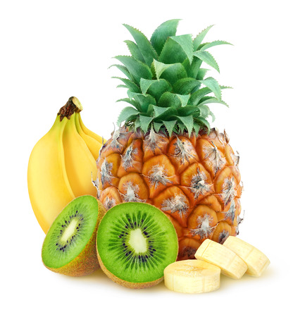 Frutta tropicale ananas banane kiwi su sfondo bianco con un tracciato di ritaglio