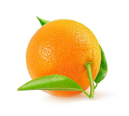 naranja fruta: Una mandarina fresca aislados en fondo blanco con trazado de recorte