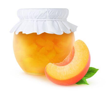 mermelada: mermelada de durazno en un frasco de vidrio aislado en blanco, con trazado de recorte Foto de archivo