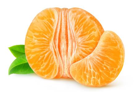皮をむいたみかんやオレンジ白で隔離の半分