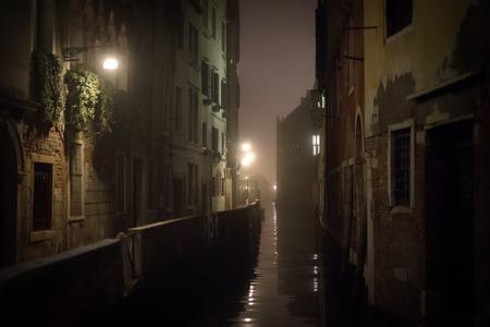 atmosfera: Pequeño canal en Venecia en la noche
