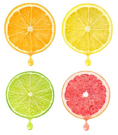 Schijfjes van citrusvruchten met een druppel sap geïsoleerd op wit met het knippen van weg