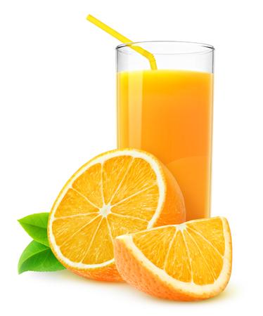 Isolato succo d'arancia. Fette di frutta d'arancia e un bicchiere di succo d'arancia isolato su bianco con un tracciato di ritaglio