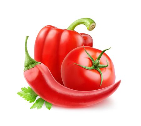 pimenton: El tomate, el pimiento y el chile (ingredientes de salsa de tomate) aislados en blanco