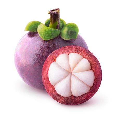 격리 된 열대 과일입니다. 하나의 전체 망고 스틴과 다른 잘라 절반 클리핑 패스와 함께 흰색에 격리