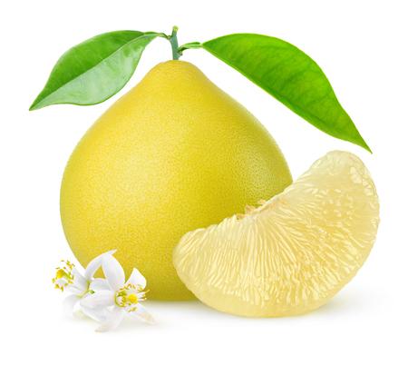 Agrumes de pomelo isolés. Un pomelo entier et un segment pelé avec des feuilles et des fleurs isolés sur fond blanc