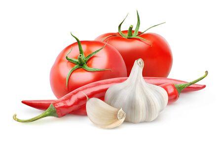 Légumes isolés. Tomates fraîches, ail et piment (ingrédients de la souce arabbiata) isolés sur fond blanc