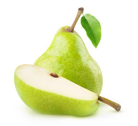 Poires vertes isolées. Une poire verte entière et morceau découpé isolé sur fond blanc