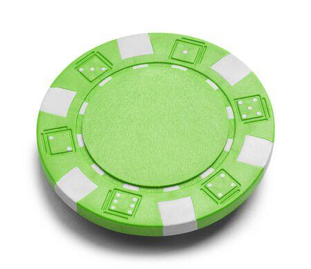 흰색 배경에 고립 된 복사본 공간을 가진 녹색 포커 칩.